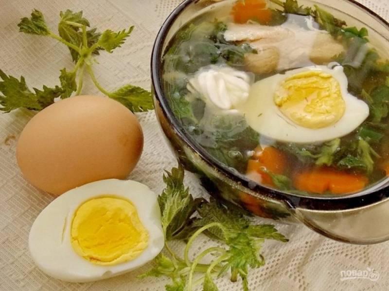 7. Отварите заранее яйца вкрутую и подавайте их вместе с супом, нарезав на половинки. Сметану также подавайте в тарелке с супом.