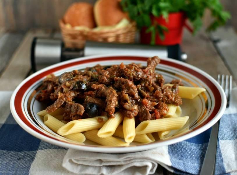 Подавайте говядину с макаронами или свежим хлебом. Приятного аппетита!