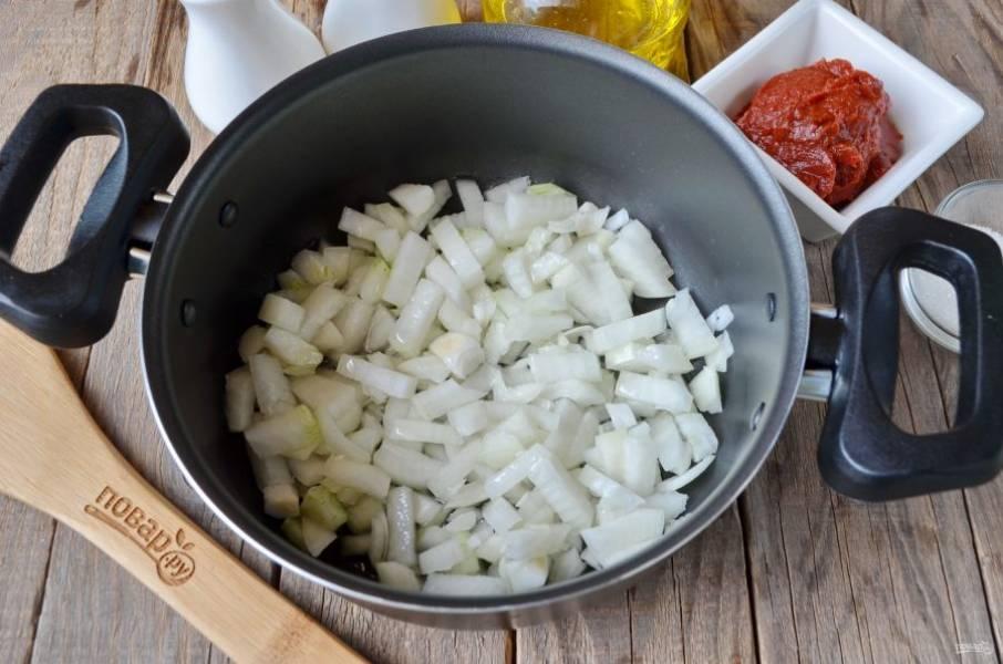 Лук порежьте максимально мелкими кубиками, добавьте растительное масло и обжарьте до мягкости на среднем огне.