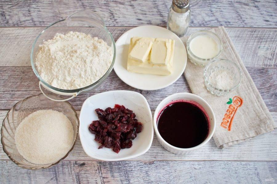 Подготовьте необходимые ингредиенты. Свежую свеклу очистите, натрите на мелкой терке, отожмите через марлю сок. Вяленую клюкву залейте горячей водой на 10 минут, откиньте на сито.