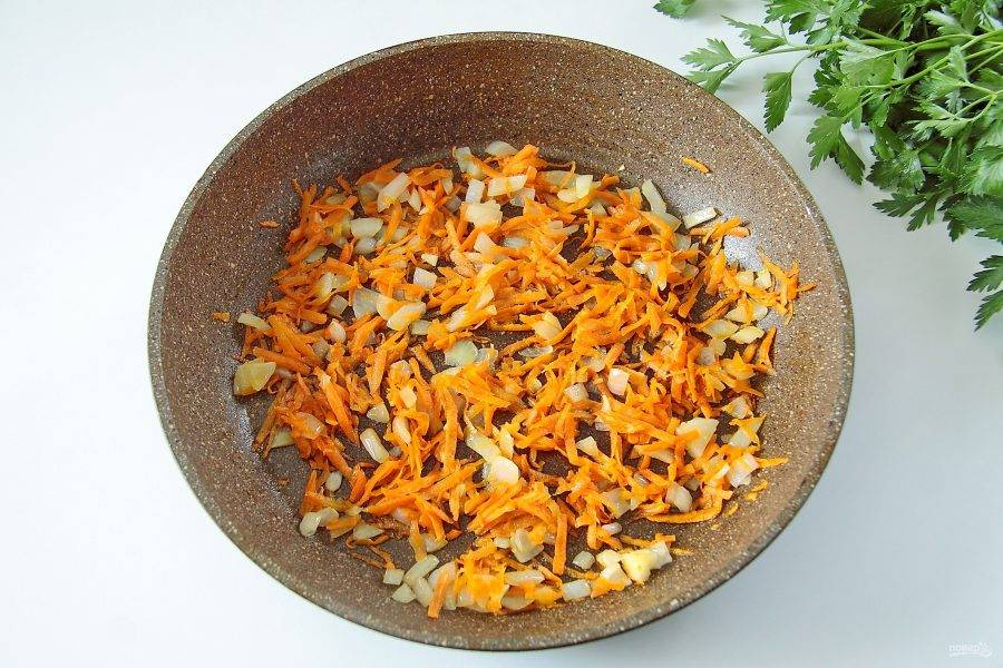 На сковороде обжарьте лук, нарезанный кубиками, и тертую морковь. Добавьте зажарку к супу.