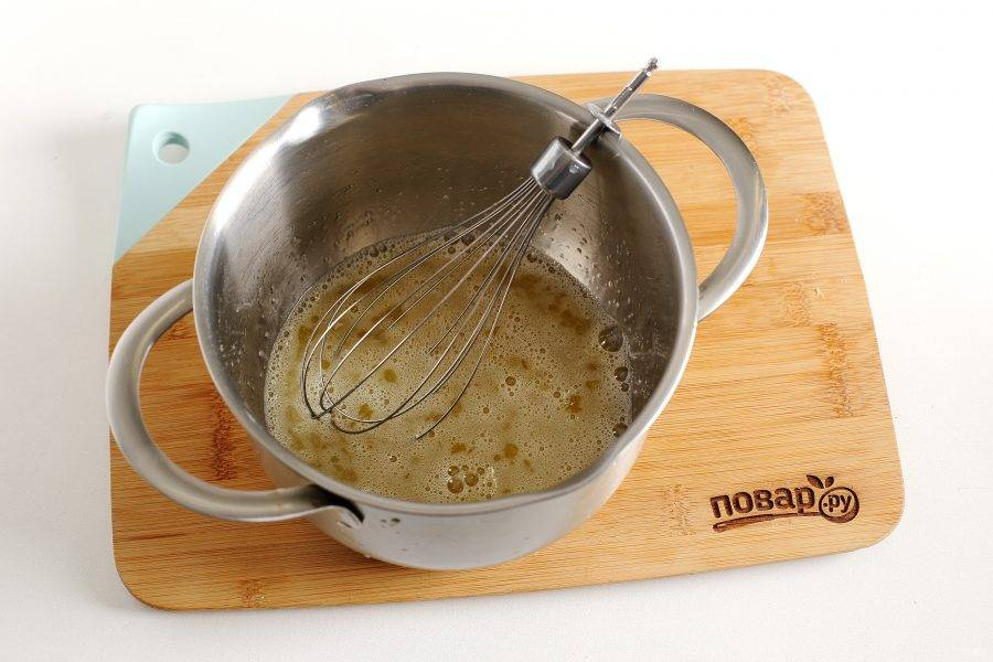 Яйца взбейте с сахаром и солью.