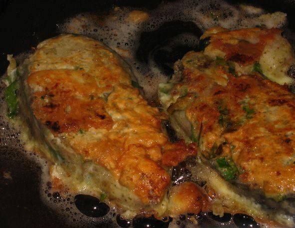 И жарим на сковороде со всех сторон до румяной корочки. Наша рыба, жаренная в яйце, готова! Приятного аппетита!