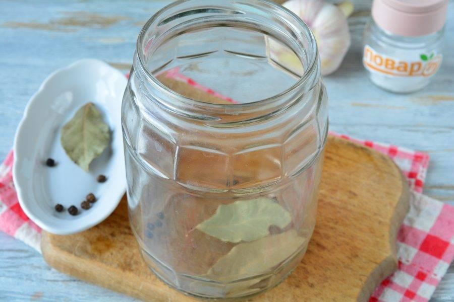 На дно чистой простерилизованной банки выложите перец горошком и лавровый лист. При желании добавьте любую зелень — укроп, петрушку.