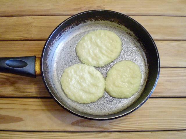 6. Разогрейте сковороду с рафинированным маслом, возьмите столовую ложку и набирайте фарш, выкладывайте, формируя драник. Жарьте его до румяной корочки.