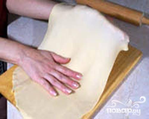 2.На доску перекладываем тесто и продолжаем его вымешивать. Затем тесто раскатываем в очень тоненький пласт.