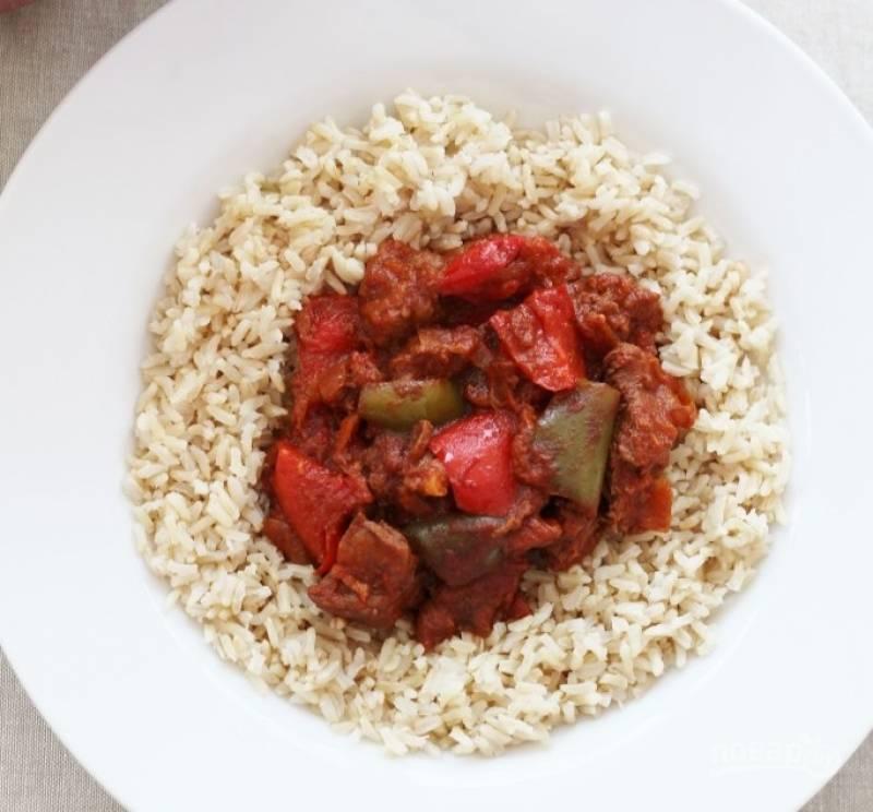 6.Подавайте гуляш с отварным рисом. Приятного аппетита!