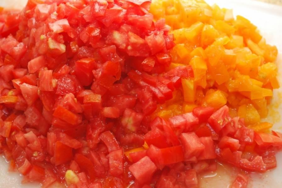2. Предлагаю снять с помидоров кожицу, для этого вырежьте плодоножку, надрежьте верхушку крест накрест и опустите на пару минут в кипяток. Кожица легко сойдет. Помидоры мелко нарежьте.