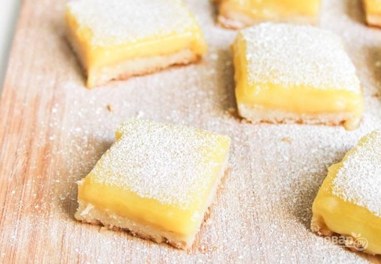 6. Нарежьте печенье на кусочки и посыпьте сверху сахарной пудрой. Приятного чаепития!