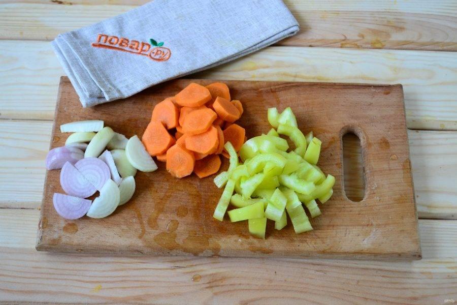 Луковицу порежьте на полукольца, морковь порежьте кружочками, а сладкий перец — некрупной соломкой.