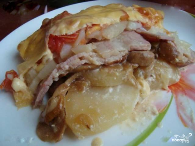 8. Достаньте блюдо из духовки, дайте ему немного остыть. Затем аккуратно разложите по порционным тарелкам, следите чтобы не разрушилась вся многослойная конструкция. Приятного аппетита!