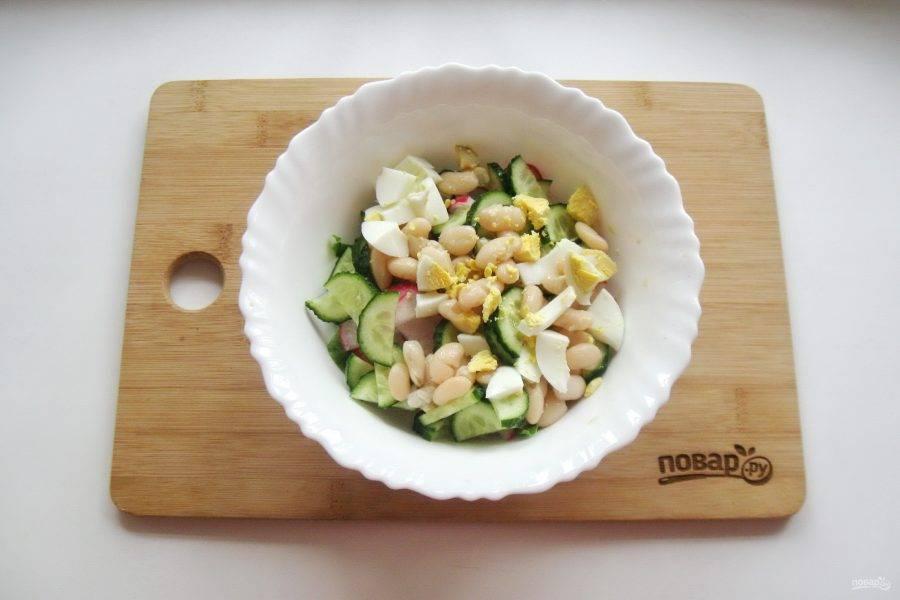 Яйца сварите вкрутую, охладите, очистите и нарежьте, но не очень мелко. Добавьте в салат.