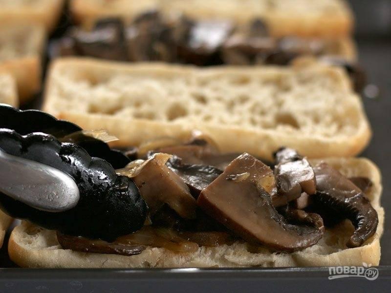 8.Щипцами или вилкой достаньте грибы с луком и выложите на 4 ломтика булки.
