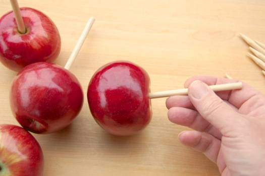 2. Яблоки нужно вымыть, обсушить и одеть на палочки.