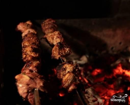 7. Важно не передержать мясо, иначе ваш грузинский шашлык из свинины в домашних условиях будет суховатым. Готовое мясо подавайте к столу с лепешкой (или лавашом) и соусом по вкусу. Это очень вкусно!