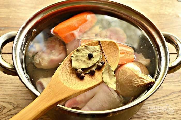 Затем добавьте лавровый лист и перец. Доведите бульон до кипения. Снимите пену. Оставьте суп вариться на медленном огне в течение 5-6 часов.