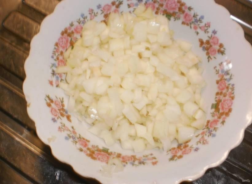4.Луковицу чищу от шелухи и мою в холодной воде, нарезаю мелким кубиком.