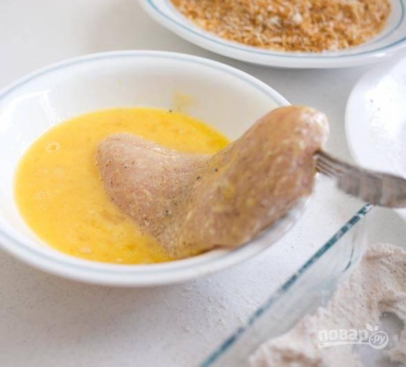 5. После обмакните мясо в яйце.