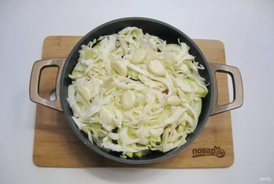 Белокочанную капусту нарежьте соломкой и выложите верхним слоем. Добавьте чеснок.
