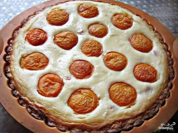 6.Выпекайте пирог в разогретой до 180 °С духовке около 50 минут. Если начинка загустела, а тесто зарумянилось – творожный пирог с абрикосами готов! Дайте ему остыть в форме, а после поставьте в холодильник на несколько часов. Теперь можно приступать к дегустации! Приятного аппетита!