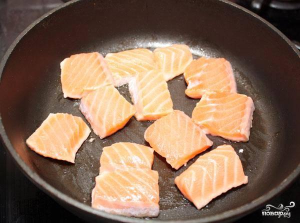 В сухой сковороде обжариваем кусочки семги. Приблизительно по 2 минуты с каждой стороны.