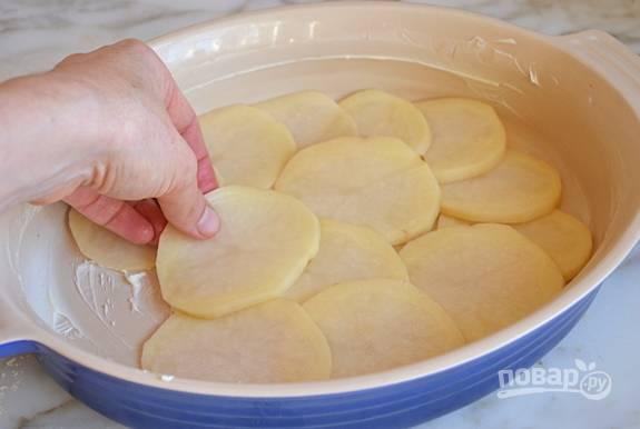 Выкладывайте в смазанную маслом форму картофель слоями, чередуя с сыром.