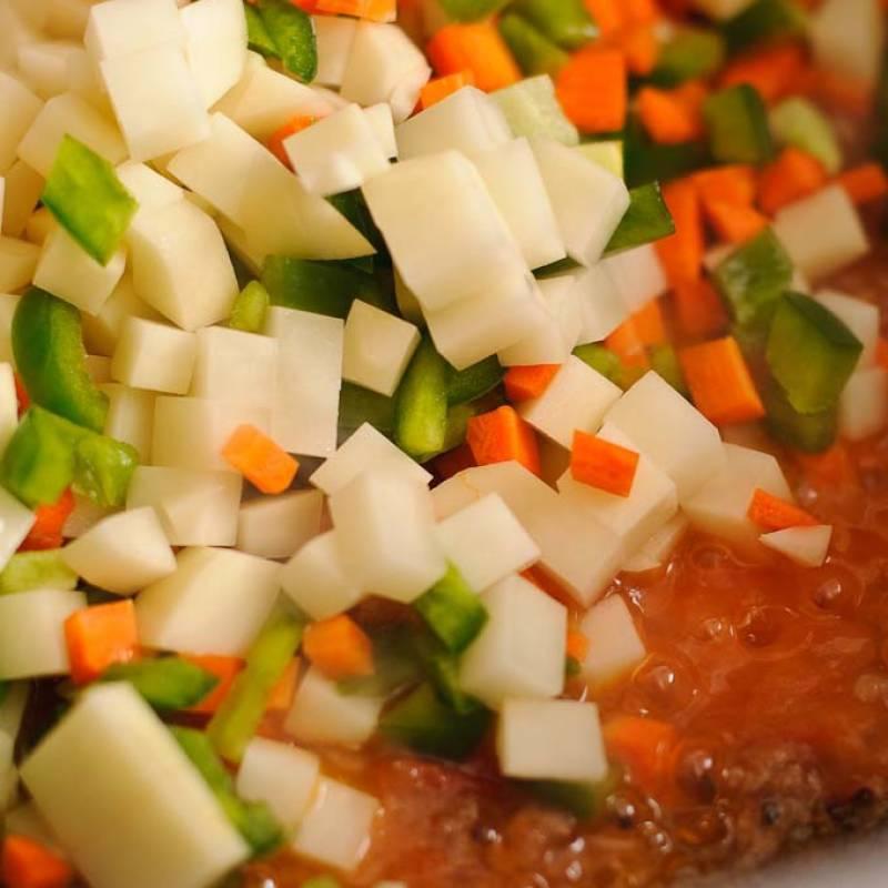 Нагрейте масло в сковороде. Поместите туда 4 фрикадельки и обжарьте до золотистого цвета. Добавьте помидоры, готовьте пока они не потеряют форму и станут очень мягкими. Старайтесь помешивать часто для того, чтобы избежать прилипания. Добавьте овощи и готовьте еще пару минут.