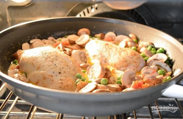 6.Отправьте сковороду с курицей и овощами в разогретую до 200 градусов духовку на 25-30 минут.