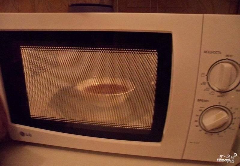 4.В микроволновой печи на максимальной мощности выпекаем десерт 5 минут.