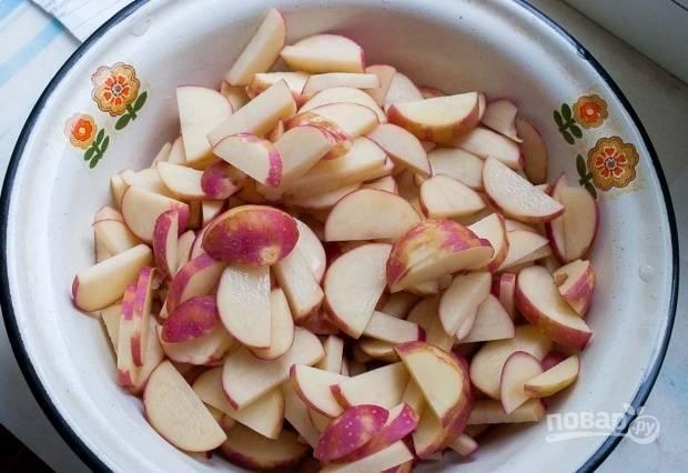 Картофель помойте и нарежьте. Залейте его водой и поставьте на огонь. Доведите до кипения.