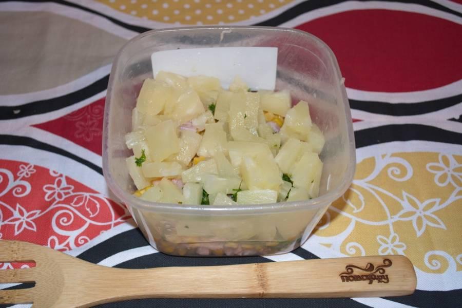 Ананасы консервированные нарезаем небольшими кусочками и добавляем в салат.