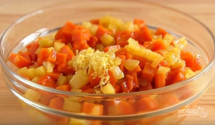 6. В кастрюле с толстым дном растопите масло, добавьте сахар и перемешайте. Отправьте туда яблоки и тыкву, тушите до мягкости. Когда начинка остынет, добавьте лимонную цедру.