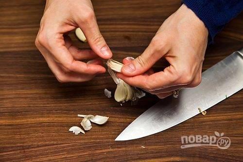 1.Очистите зубчики чеснока от шелухи и разрежьте их пополам.