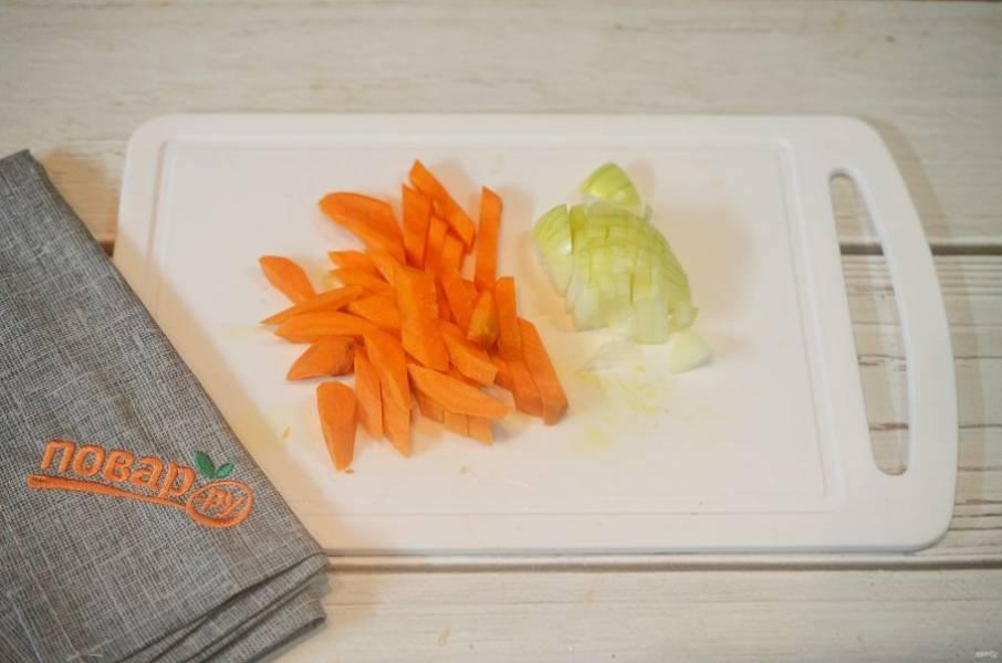 4. Морковь почистите и нарежьте брусочками, оставшийся лук - кубиками.