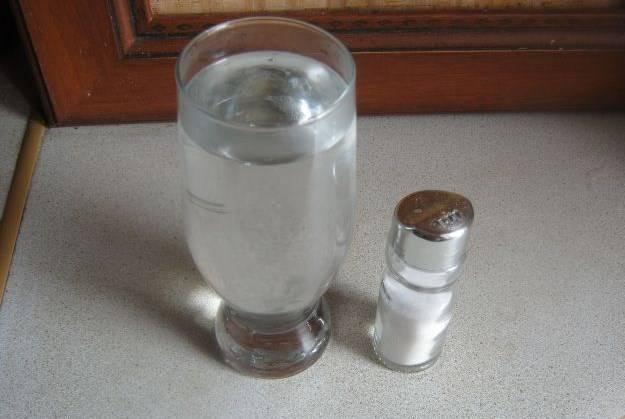 В теплой воде растворите соль.