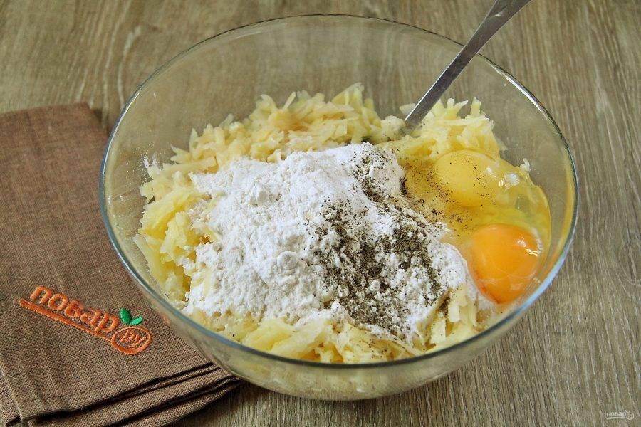 Овощи перемешайте и добавьте муку, соду, яйца, соль и перец по вкусу.