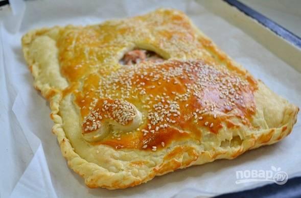10. Отправьте пирог в разогретую до 180 градусов духовку и выпекайте около 30-40 минут до румяности.