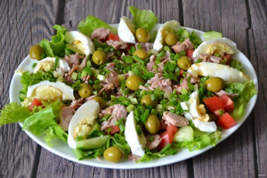 Полейте салатной заправкой салат и подавайте к столу. Вкусный и легкий салат готов! Приятного аппетита!