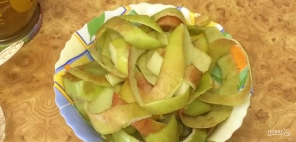 1. Выложите яблочную кожуру на покрытый пергаментом противень и подсушите в разогретой до 100 градусов духовке в течение 40 минут.