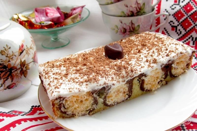 Для украшения взбейте сливки с сахаром. Уложите их на пирог. Сверху натрите шоколад. Приятного чаепития!