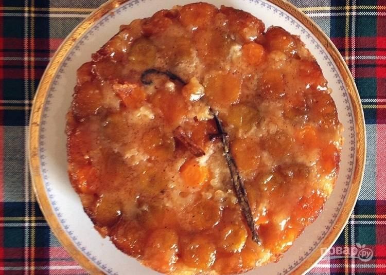 4.Достаньте пирог из духовки и оставьте его для остывания, затем переверните пирог на тарелку и подавайте к столу.
