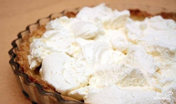 6. Теперь переложите этот крем на остывший корж. Разровняйте его по всей поверхности пирога.