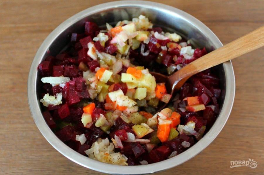 Заправляем винегрет ароматным растительным маслом. Добавляем соль и перец. Все перемешиваем.