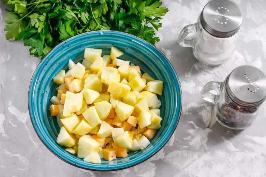 Яблоки кисло-сладкого сорта очистите от кожуры, промойте и разрежьте на четвертинки. Вырежьте семенные блоки и нарежьте средними кубиками. Нарезку сбрызните лимонным соком, чтобы она не потемнела. Добавьте в емкость к остальным ингредиентам.