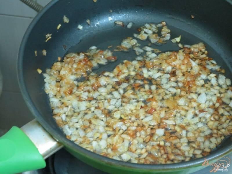 Лук нерезаем кубиками и пассеруем в сливочном масле до приятного золотистого цвета. Если вы любите вкус свежего лука, его можно не пассеровать, а просто мелко нарезать, обдать крутым кипятком и добавить в блюдо.