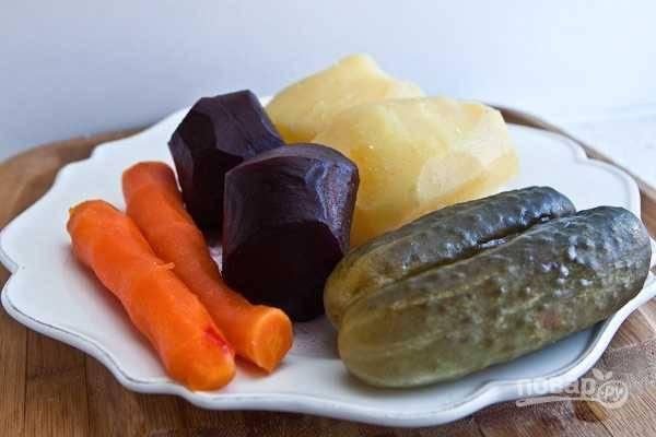 3. Очистите овощи, слейте воду с горошка.