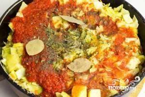 Затем уменьшаем огонь, а в сковороду добавляем перетертые томаты (томатную заправку), лаврушку и специи. Хорошенько перемешиваем, накрываем крышкой и тушим 45 минут, иногда помешивая.