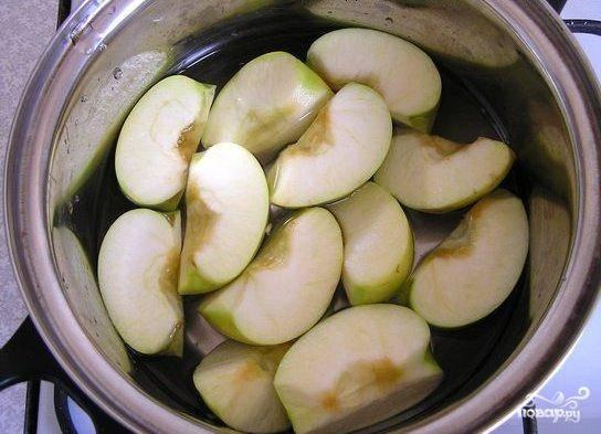 В кастрюлю кладем яблоки, заливаем водой, добавляем сахар. Доводим до кипения и кипятим, пока яблоки не станут мягкими.