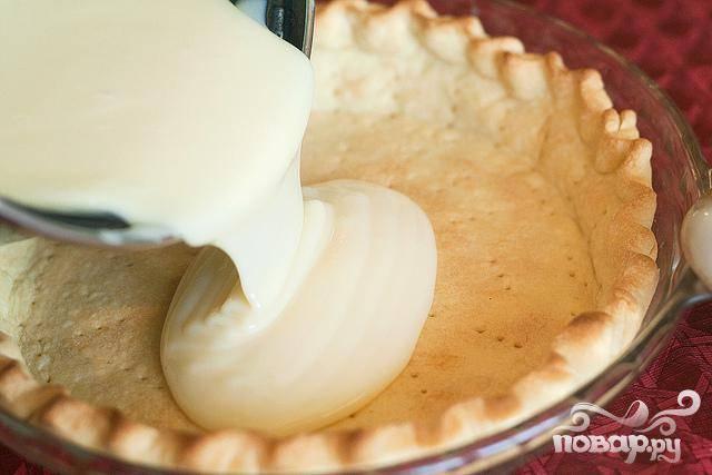 4. Сразу вылить полученный крем поверх готовой корки для пирога и сбрызнуть оставшейся 1 столовой ложкой топленого сливочного масла.