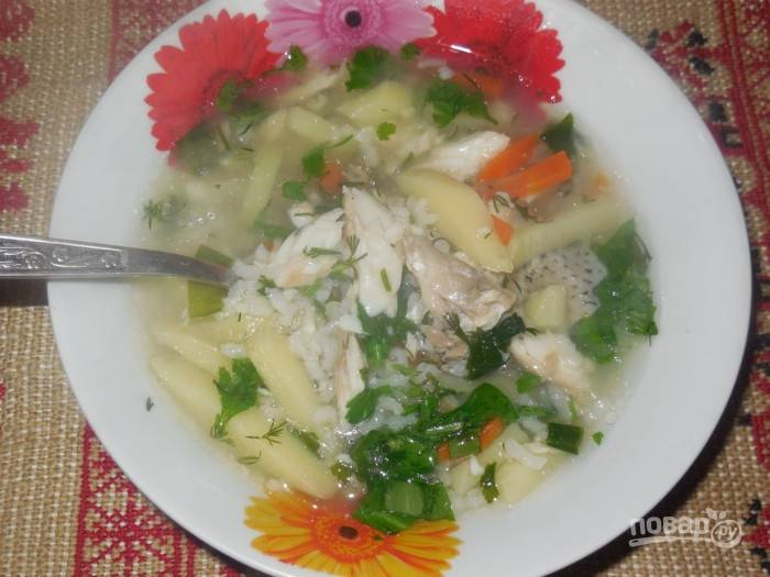 В конце в уху добавьте зелень и масло. Дайте супу настояться пару минут под крышкой. Приятного аппетита!